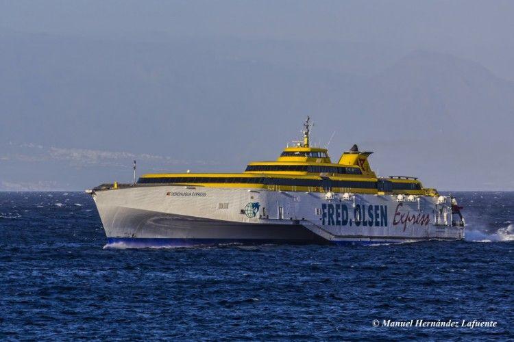 """El fast ferry """"Benchijigua Express"""" no pudo entrar esta noche en La Palma"""