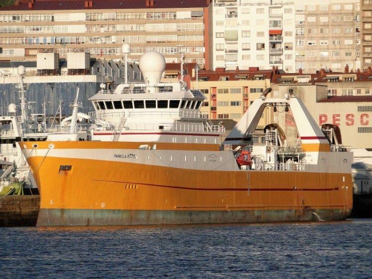 """El buque pesquero """"Lodairo"""", visto por la amura de babor, atracado en Vigo"""