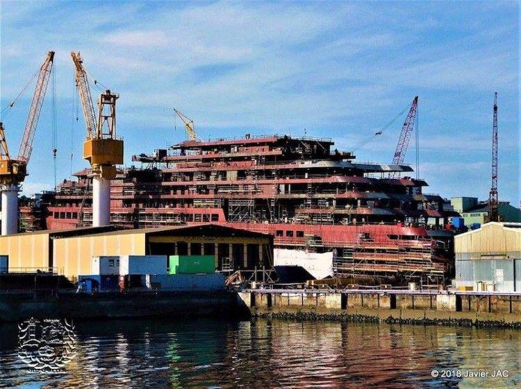 """La superestructura del primer """"cruise yatch"""" de Ritz-Carlton destaca en las instalaciones de Barreras"""