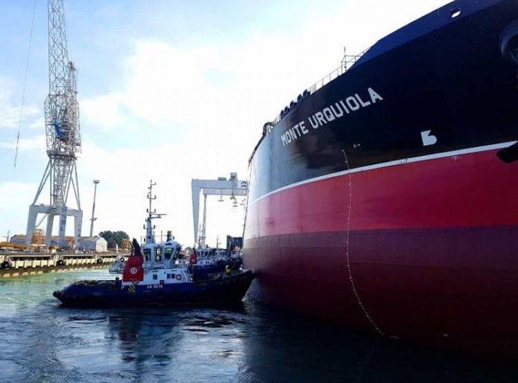 """La maniobra de puesta a flote del petrolero """"Monte Urquiola"""" se realizó durante el pasado fin de semana"""