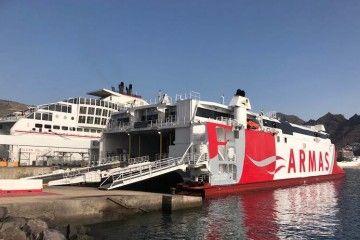 """El catamarán """"Volcán de Teno"""" y el ferry """"Volcán del Teide, atracados en la terminal de Naviera Armas en el puerto de Santa Cruz de Tenerife"""