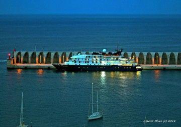"""Al alba, el mini crucero """"Island Skay"""" atracó en el puerto de Tazacorte"""