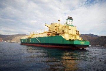 """El buque metanero """"LNG Finima II"""", fondeado en Santa Cruz de Tenerife"""