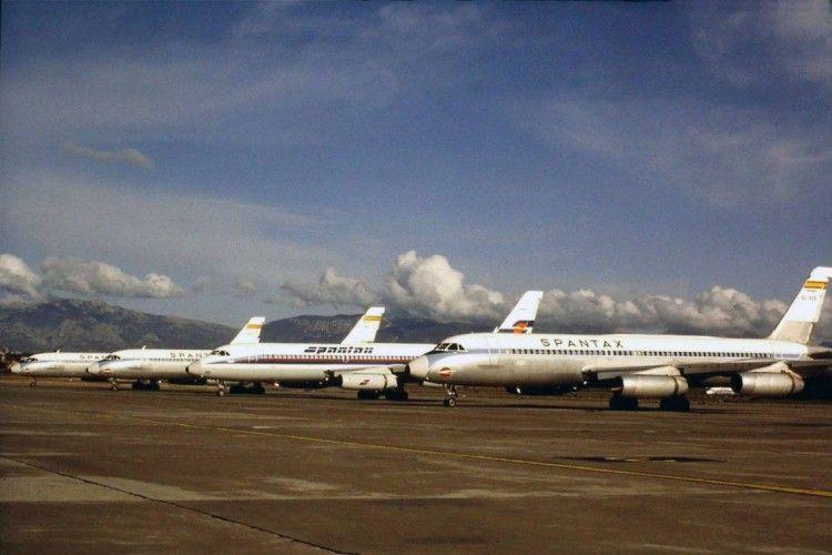Interesante fotografía de un grupo de aviones CV 990A Coronado de Spantax en el aeropuerto de Palma, uno de los cuales luce la nueva librea