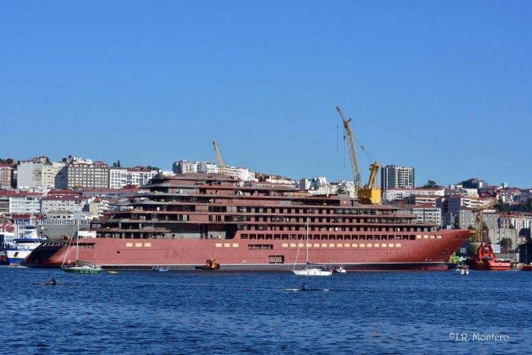 El buque, a flote, tras su primer contacto contacto con el agua
