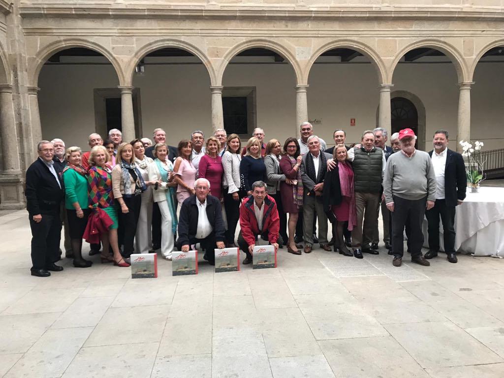 Los asistentes y sus acompañantes, en una foto para el recuerdo