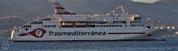 """El nuevo logotipo de Trasmediterránea, en el costado del buque """"Villa de Teror"""""""