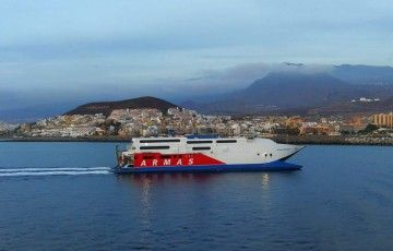 """El catamarán """"Express"""", a su llegada al puerto de Los Cristianos"""