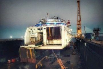 """El buque """"Volcán de Tamasite"""", en el dique flotante de Navantia Carenas"""