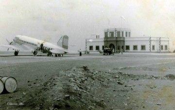 Avión Douglas DC-3 de Iberia en el aeropuerto de Los Estancos (1962)