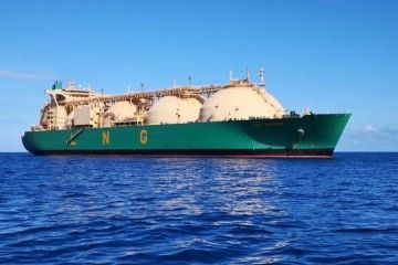 """El buque """"LNG Rivers"""", fondeado en el puerto tinerfeño"""