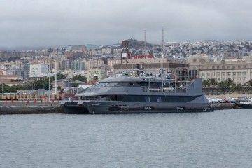 """Estampa marinera del catamarán """"Sira"""", atracado en el puerto de Santa Cruz de Tenerife"""