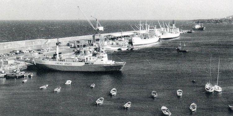 """El buque """"Volcán de Yaiza"""", a barbas de gato en el puerto de Santa Cruz de La Palma"""