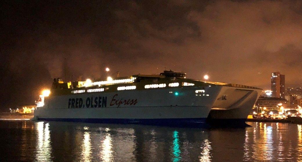 "El catamarán ""Betancuria Express"", a su llegada anoche al puerto de Santa Cruz de Tenerife"