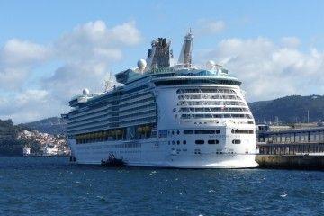 """El buque """"Navigator of the Seas"""", a su llegada ayer al puerto de Vigo"""