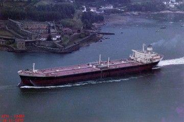 """El petrolero """"Playa de Riazor"""", a su salida por la ría de Ferrol"""