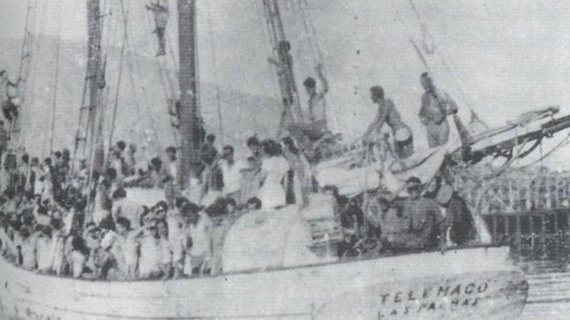 """Teresa García, de blanco, a la llegada del velero """"Telémaco"""" a Venezuela"""