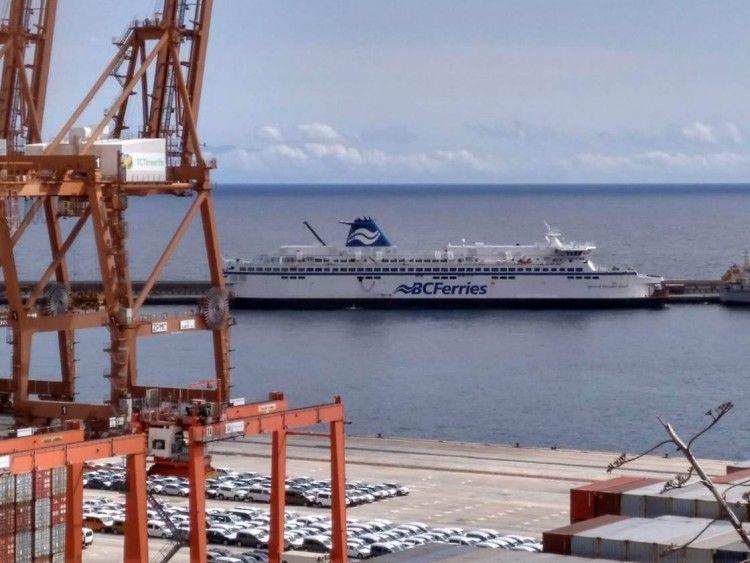 """El ferry canadiense """"Spirit of Vancouver Island"""" está atracado en el dique del Este"""