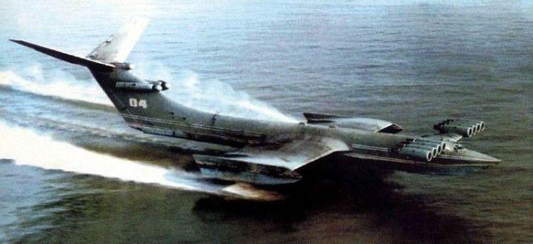 """El ekranoplano KM, """"navegando"""" en aguas del Mar Caspio"""