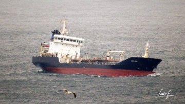 """El buque asfaltero """"Acacia Noir"""", ex """"Mar Paula"""", enfila la entrada al puerto de A Coruña"""