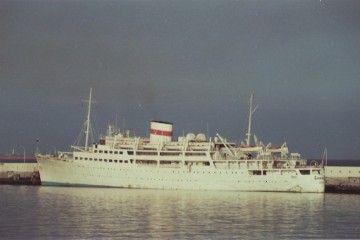 """El trasatlántico soviético """"Ukraina"""", atracado en el muelle sur del puerto de Santa Cruz de Tenerife"""