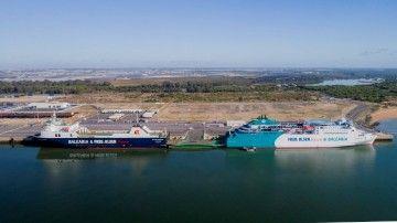 """Los buques """"Clipper Pennant"""" y """"martín i Soler"""", en el puerto de Huelva"""