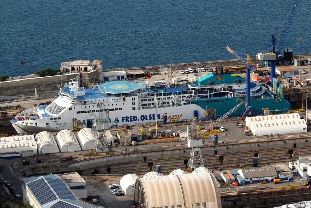 """El buque """"Martín i Soler"""", varado en el dique seco de Gibraltar"""