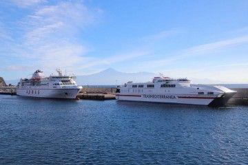 """Los buques """"Alcántara Dos"""" y """"Volcán de Taburiente"""", atracados en el puerto de San Sebastián de La Gomera"""