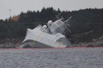 """La fragata """"Helge Ingstad"""" tuvo que ser varada para evitar su hundimiento"""