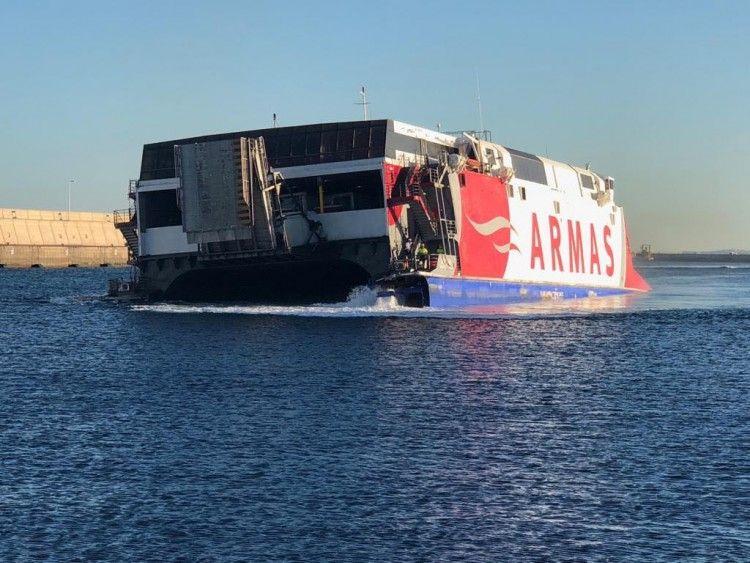 """El catamarán """"Alborán"""", aproado a babor, entró por sus propios medios en el puerto de Las Palmas"""