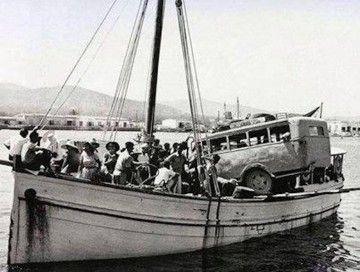 """Llegada de la """"Joven María"""" a Formentera, con pasajeros, animales y un autobús sobre cubierta"""