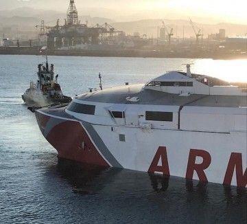 """El catamarán """"Alborán"""", aproado, a su llegada al puerto de Las Palmas de Gran Canaria"""