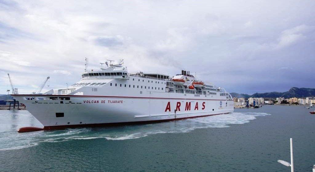 """El ferry """"Volcán de Tijarafe"""", a su llegada ayer al puerto de Gandía"""