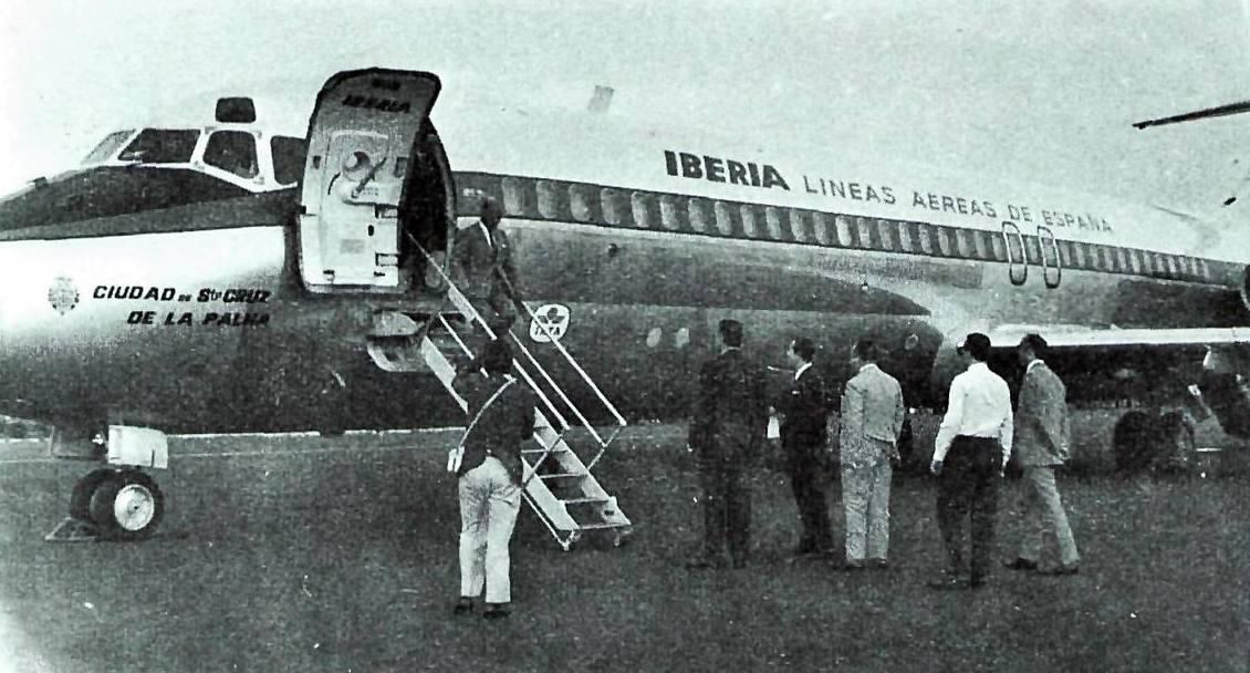 """El avión Douglas DC-9 """"Ciudad de Santa Cruz de La Palma"""", en el aeropuerto de la isla de La Palma"""