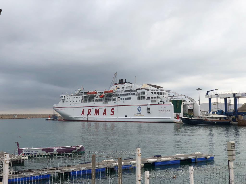 """El ferry """"Volcán de Tijarafe"""", atracado en el puerto de Gandía"""