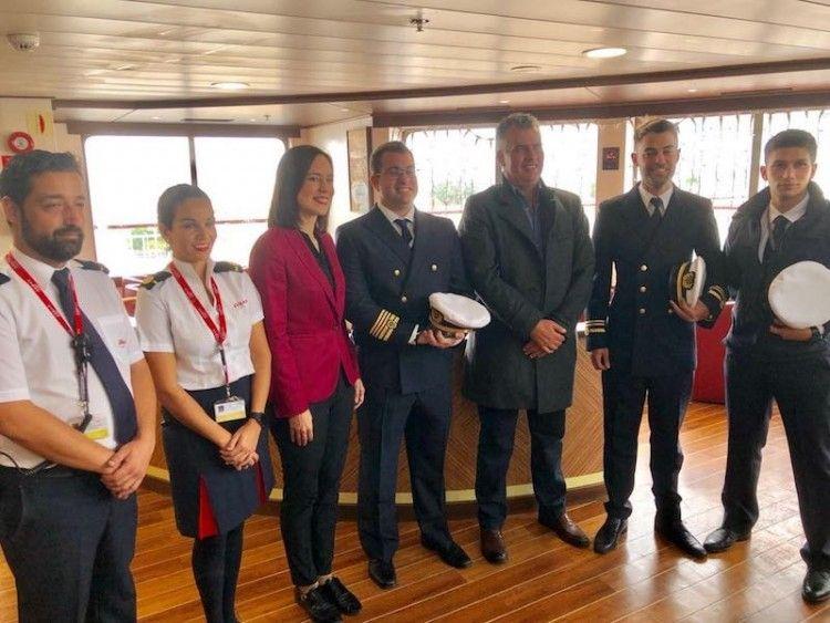 Foto de familia con el capitán del buque y parte de la tripulación