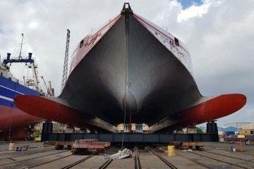 "Vista de proa del catamarán ""Volcán de Tirajana"", varado en ASTICAN"