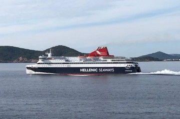 """El ferry griego """"Nissos Chíos"""", a su salida del puerto de Ibiza"""