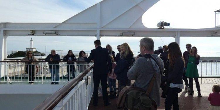 """Los visitantes reciben explicaciones de la tripulación del ferry """"Volcán de Tijarafe"""""""