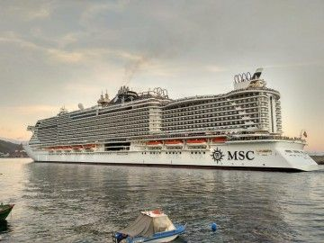 """Maniobra del salida del puerto tinerfeño del imponente buque """"MSC Seaview"""""""