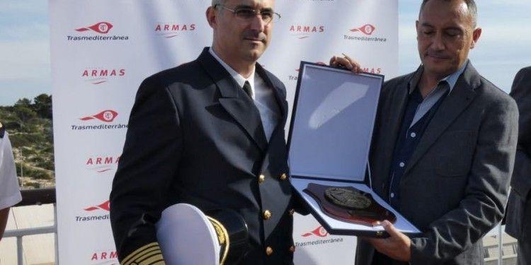 """El capitán del buque """"Volcán de Tijarafe"""", José Manuel Ortuondo, recibe una placa de manos de Ricardo Mergola, en representación de la Autoridad Portuaria"""