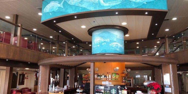Vista parcial del bar del salón de popa y el cubo de la piscina