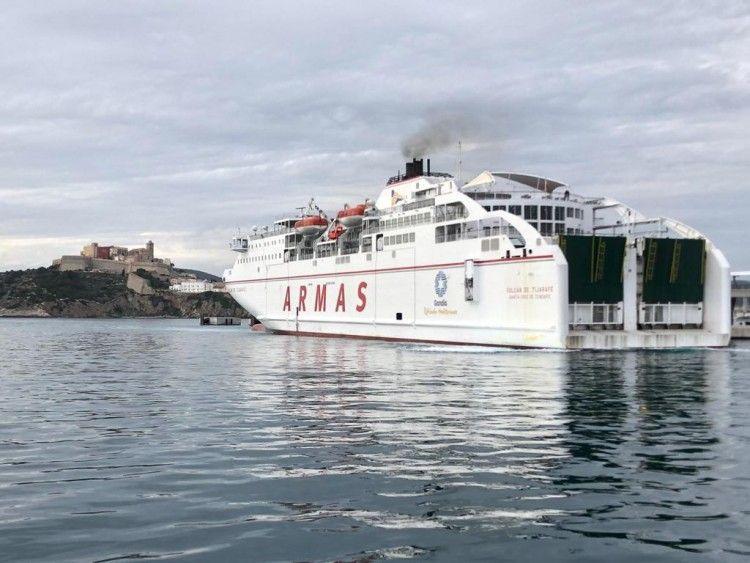 """El ferry """"Volcán de Tijarafe"""", operado por Naviera Armas y al servicio de la nueva Trasmediterránea, en el puerto de Ibiza"""