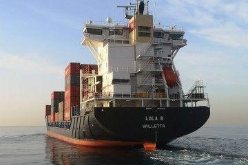 """El buque ·Lola B"""", visto de popa, a su salida del puerto tinerfeño"""