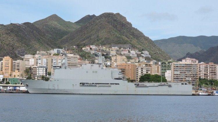 """El buque LPD """"Galicia"""", atracado en el muelle de ribera del puerto tinerfeño"""
