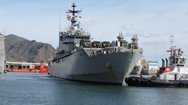 """El buque LPD italiano """"San Giusto"""", en la maniobra de entrada al puerto tinerfeño"""