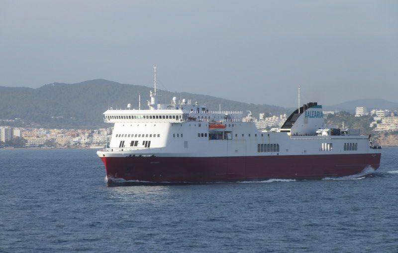 """El buque """"Hedy Lamarr"""", a su salida del puerto de Ibiza"""
