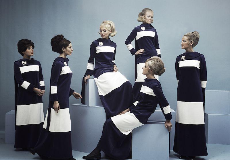 Grupo de azafatas de Finnair con el uniforme de los años setenta