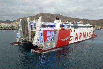 """El catamarán """"Volcán de Teno"""", maniobrando ayer tarde en el puerto de Los Cristianos"""