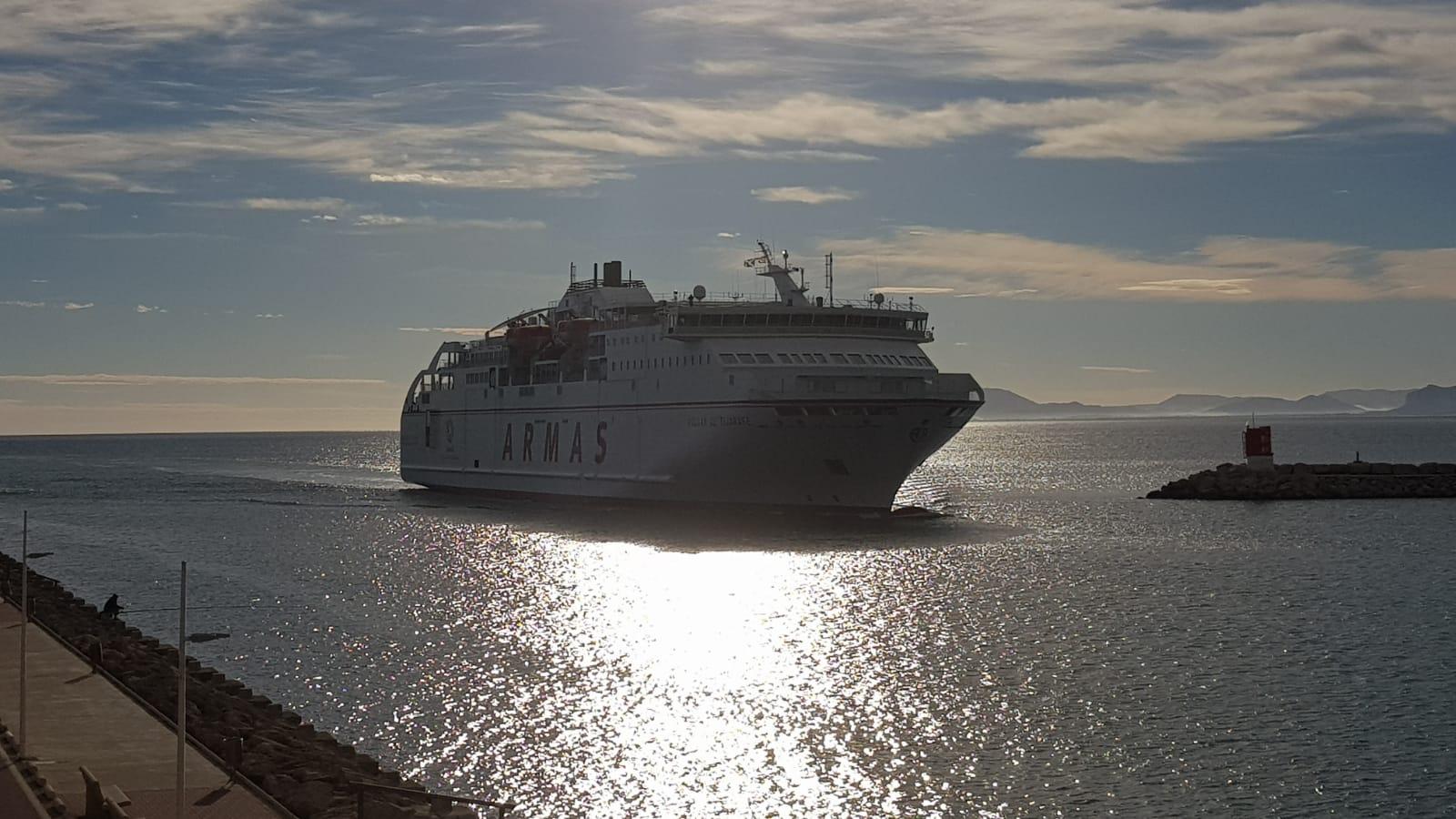 """El buque """"Volcán de Tijarafe"""". a contraluz, a su llegada a Gandía"""